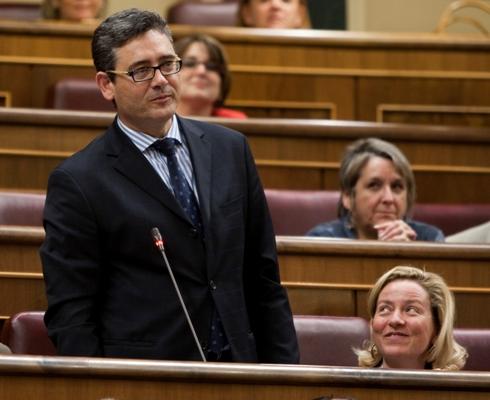 Fernando Ríos, prometiendo la Constitución el día de su toma de posesión del escaño