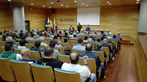 Ana Oramas y Carlos Alonso con responsables del sector del deporte
