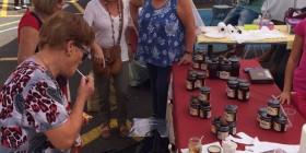 Ana Oramas con un grupo de mujeres en la Feria de la Castaña en La Victoria
